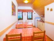 Společenská místnost s kuchyňkou