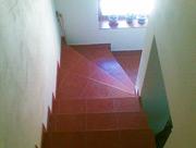 Pohled na již hotové betonové schodiště