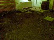 Dřevěná podlaha stanice Horské Služby Dvoračky před rekonstrukcí