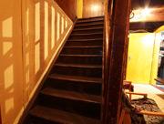 Schody se zábradlím do prvního patra
