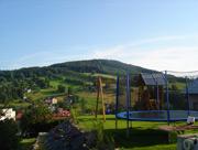 Venkovní hřiště s domečkem a trampolínou