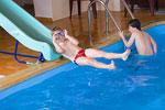 skluzavka u bazénu